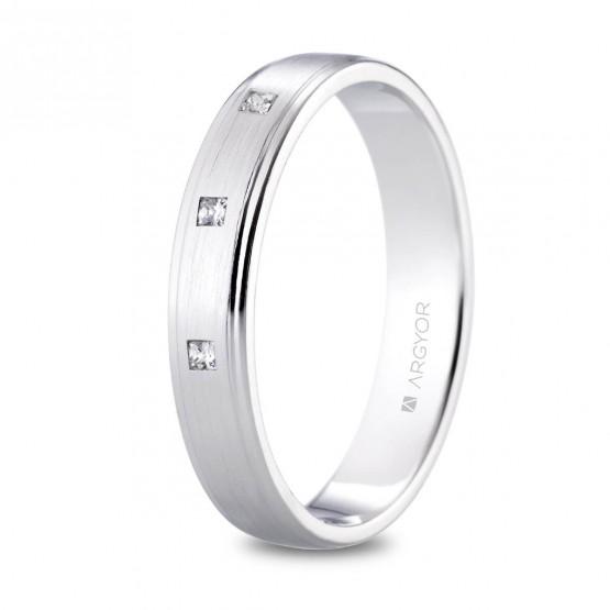 Alianza de platino 4mm con 3 diamantes princesa 0.09ct (05901040P3)